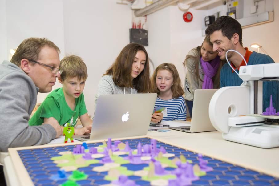 Printlab與Innofil3D,3DPrinterOS,Makerversity DIY, Kidesign以及Ultimaker等公司合作,幫助學校快速建立自己的3D列印實驗室